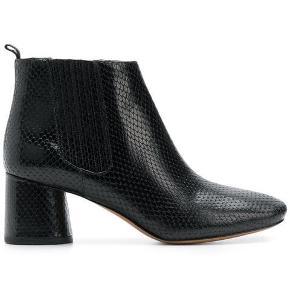 Marc Jacobs rocket ankel støvle i læder, de er i str.39 og er almindelig i størrelsen. De er brugt to gange på job (jeg sidder på kontor). Støvlerne er meget behagelige og anvendelige.  Nypris 3200,-  Respekter venligst at jeg ikke bytter og køber betaler porto samt gebyr ved tspay.