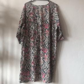 Smuk blomstret Junarose kjole størrelse 52 (XXL) NP 360kr
