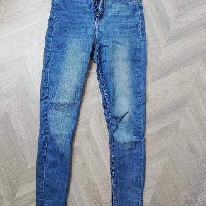 """Fine high-waist jeans med """"slid"""" ved lår og bagpå.  Tager ikke billede af tøjet på. 🌺"""