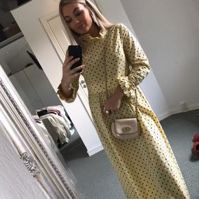Overvejer at sælge min Baum und Pferdgarten kjole ved rette bud. Brugt én gang til guldbryllup. Sendes gennem TS eller afhentes i Aalborg.    OBS! Tasken sælges også, se venligst mit andet opslag. Model: Alitha
