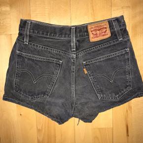 Levi's denim shorts.  Farven er slidt sort/grå. Størrelsen er 25, men de passer en xs.