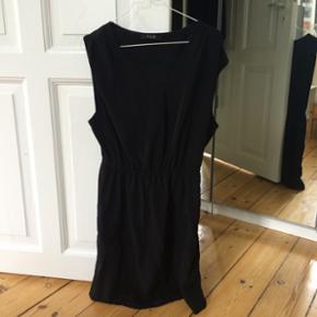 VILA - kjolen er god til både fest og hverdag. God stand brugt enkelte gange. Sælges da den er lidt for stor.