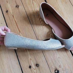 Fine ballerina sko med let guld og sølv glimmer. Str. 36. Aldrig brugt. Kun prøvet på.  Imiteret skind indeni.  Mærke: H&M.  Alm. i størrelse.  Kan afhentes i Esbjerg eller sendes på købers regning og ansvar.