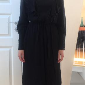 MUSE kjole brugt få gange. Sidder flot med mange flere sjove detaljer. Er ret stam ved håndleds knapperne og det er ikke stretch stof.
