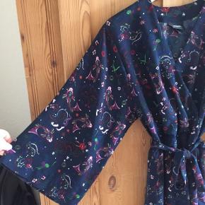 Fin kimono lignende kjole fra Monki