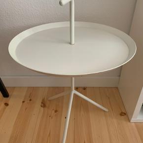 HAY bord i hvid.  En del år gammelt men fin stand, brugt self.  49cm højt til kant. 69 til toppen af håndtaget.   Kan bruge til sofabord, natbord - jeg har brugt det til spejlholder med spejlet op af væggen.   Afhentes på Frb.
