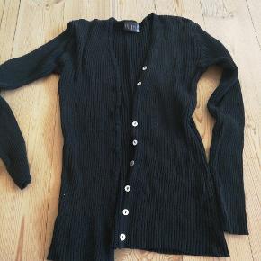 Sort trøje fra Fransa, mangler en knap, men er ellers i fin stand. Byd