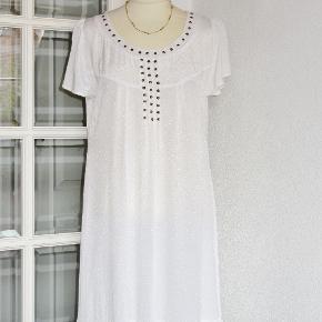 """100 % NY:  Feminin kjole,  flot i smukt stof med små indvævede """"silke"""" nister i stoffet. Kjolen har flæse forneden. Materialet er 100 % viscose.  Brystvidde: 52 cm x 2 Hoftevidde: 61 cm x 2 Længde: 94 cm  Bytter ikke med andre ting, og prisen er fast"""