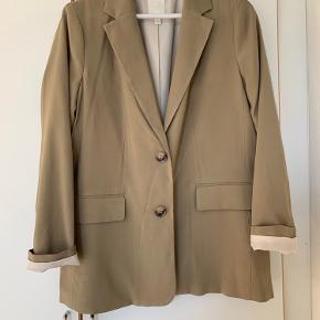 Denne flotte blazer er aldrig brugt så derfor i rigtig god stand. Den passer en M og S vil jeg sige da jeg normalt er mindre størrelse i jakke.