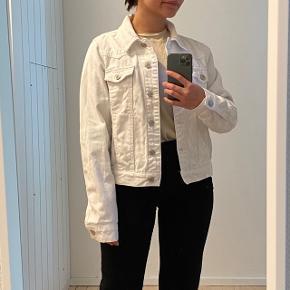 Hvid denim jakke fra Topshop ✨ Er en str. M, men svarer mere til en S ✨ #Secondchancesummer