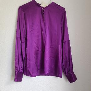 Smuk ny skjorte str M. Stoffet er 92% Silke, og 8% elastan