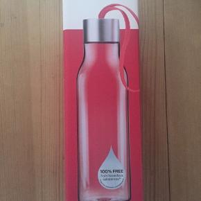 Spritny drikkedunk fra Eva Solo, 0,5 liter, gennemsigtig og med pink strop. Kun taget ud af æsken for at tage billed.