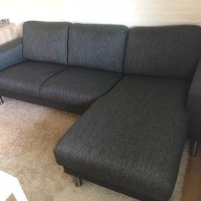 Meget velholdt sofa fra Myhome. Sælges pga flytning.  1 år gammel.  Længden er 240 Fra ikke-ryger hjem.
