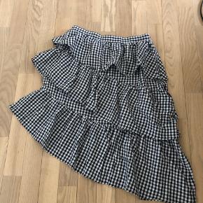 Sælger min NA-KD sort og hvide nederdel fordi jeg ikke bruger den nok! Super fin og behagelig! Køber betaler fragt og returnerer  ikke :)