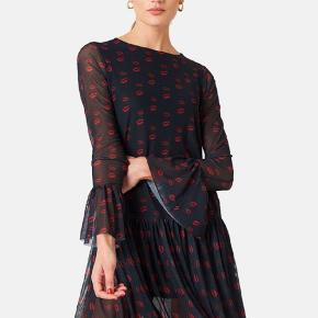 NA-KD mesh round neck dress  farve:Red lip Print