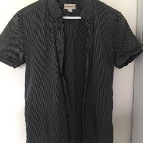 Meget fin skjorte som både kan bruges lukket og åbent:)