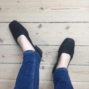 Sort sko med lille hæl. Stor størrelse 38, vil nærmere betegne den som 39.