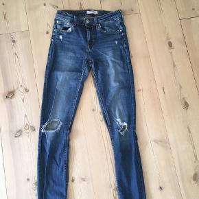 Stretchy blå jeans med lidt distressed detaljer fra Zara i str. 36 vil dig sige at de er lidt små i størrelsen.  Skriv gerne til mig hvis du har et bud eller yderligere spørgsmål til varen :-)