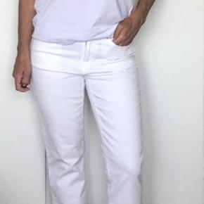 Hvide jeans, straight leg. Aldrig brugt. Str 28/32.   Se også mine andre annoncer.