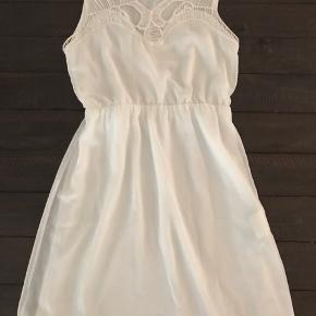 Super fin og velholdt kjole. Brugt og vasket få gange og fremstår uden fejl.