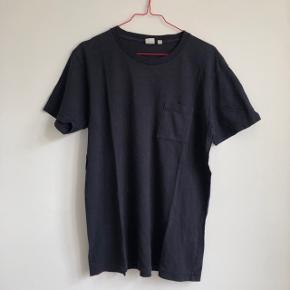 👕 Lækker unisex t-shirt fra Uniqlo med råt look 👕 Meget mørke blå 👕 Brugt få gange, fremstår som ny