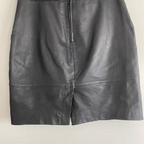 Smuk skind nederdel fra Gestuz, næsten ikke brugt, fremstår som ny. Lille i størrelsen.