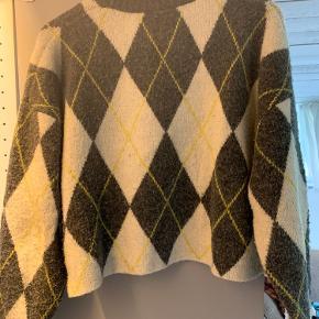"""Super fed sweater. Brugt et par gange, og derfor vasket, hvilket har givet det lidt """"nubrede"""" look. Derfor prisen"""