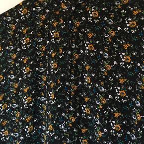 Gestuz kjole med blomsterprint i 100 % viskose. Modellen hedder Bloom dress