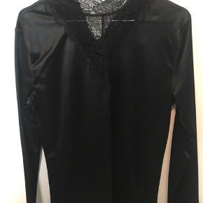 Lækker bluse i silke fra Zeze Nordic. Aldrig været brugt. BYD!