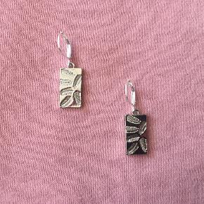 Krogene er stemplet 925 sterling sølv. Vedhængene er samme farve - der er genskær i billedet.  Kan også sendes med postnord for 10 kr. Jeg tager ikke flere billeder ❤️