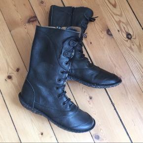 Sorte læder støvler / overgangs støvler med snørebinding og lukkes med lynlås langs indersiden.Str: 39 NP: 699kr. Afhentes Kbh Sv eller sendes forsikret med DAO.