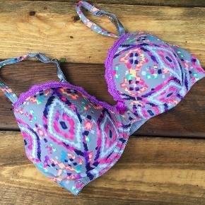 Smuk  BH Størrelse: 70D Farve: Multi Oprindelig købspris: 300 kr.  Smuk BH fra Missya med bøjle og vatterede skåle .