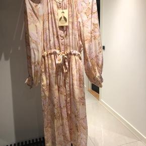 Den smukkeste hortensia silke kjole fra Stine Goya sælges. Prøvet på en time. Som ny. Bindebånd i talje og fine knapper.  Byd fair 😊 Køber betaler fragt og gebyr  BYD 👍🏻BYD 👍🏻 Sælges super billigt, da jeg har alt for meget tøj 😊