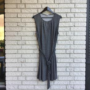 Kjole i løs elastisk kvalitet, med bindebånd i talje