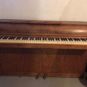 Klaveret har en tangent der ikke virker, og skal stemmes. Ellers et lækkert klaver for et symbolsk beløb.  Køber sørger selv for transport:))