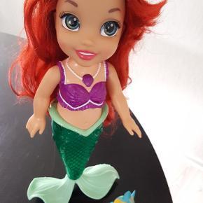 Disney Havfrue Ariel prinsesse dukke med musik/sang på bl.a. dansk, stort set ubrugt.