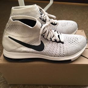 • Nike Air Zoom All Out Flyknit løbesko🌸 • Str. 38, men små i størrelsen. Er normalt selv en 37,5 i sneakers🌸 • Nypris 750,- 🌸 • Brugt maks 3 gange. Helt som nye. 🌸
