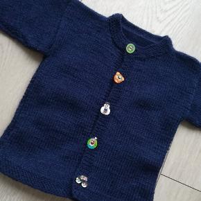 Hjemmestrikket sweater.  68/74 - den mørkeblå 74/80 - den lyseblå.  Strikket i ren uld.  75 kr stykket.
