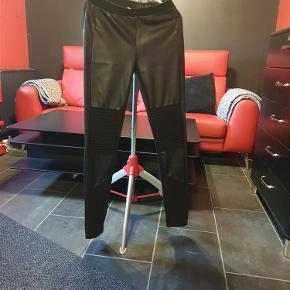 Brand: Nü by staff Varetype: Bukser/leggings (175 kr) Farve: Sort  Flotte Nü bukser/leggings, brugt få gange.