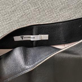 Rigtig flot alexander Wang læder nederdel!  Kun brugt få gange   100% Black lambskin leather  Str. 6 svarende til en small/lille medium
