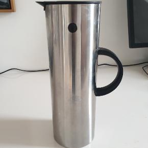 Den klassiske EM77 Stelton-termokande tegnet af Erik Magnussen (1 liter). Brugt (til kaffe), men i fin stand.  Kan sendes til pakkeboks (+40 kr.).