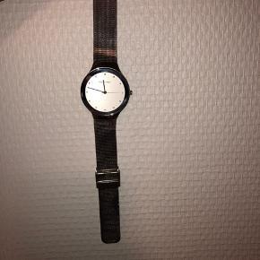 Super fint og lækkert ur!  Uret har ingen ridser på urskiven☺️