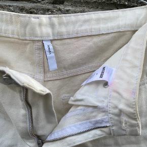 Weekday bukser i str 27. De er tofarvet. Sælges da jeg ikke kan passe dem mere. Køb dem for 200kr