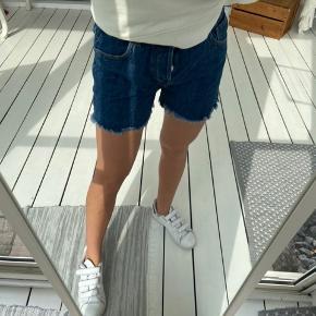 Mørkeblå cowboy shorts fra Mango. Brugt meget få gange og fremstår derfor som ny  Str 38/M
