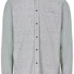 Sælger denne fine og stilede skjorte. Den er spritny. Byd!
