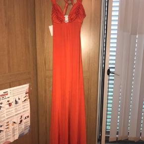 Kjolen er købt for 2700 kr.  Så flot og elegant.