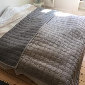 Hay sengetæppe grå, stort.