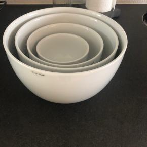 Peit Hein skåle sælges 1 skål 10 cm (ny pris 69,-) 1 skål 14 cm (ny pris 99,-) 1 skål 18 cm (ny pris 169,-) 1 skål 21 cm (ny pris 259,-) Sælges samlet for 375 eller kom med et bud Kan afhentes i Aalborg, og sendes ikke.