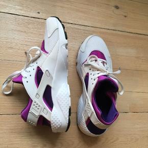 Brugt i en kortere periode 😊 super god stand! Det er en sart hvid sko, så man kan selvfølgelig godt se at de er blevet brugt 😊 De er lidt til den lille side synes jeg, jeg er selv normalt en 38,5 og de passer mig fint.  Sælges kun da jeg desværre ikke får dem brugt, og synes de er alt for fine til at stå og samle støv! 😊  Se også mine andre annoncer 🌼😊 Mængderabat gives naturligvis.