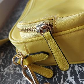 gul crossbody taske fra h&m 💛  - uden prismærke, men aldrig brugt  - 1 lille rum + 1 stort rum med 2 små rum indeni